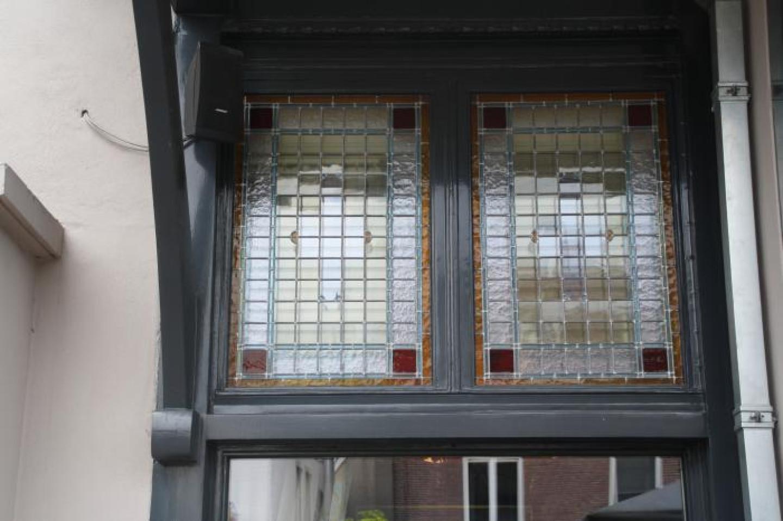 r-ami-bussum-008-nieuwe-glas-in-lood-boven-ramen-buiten-aanzicht-2